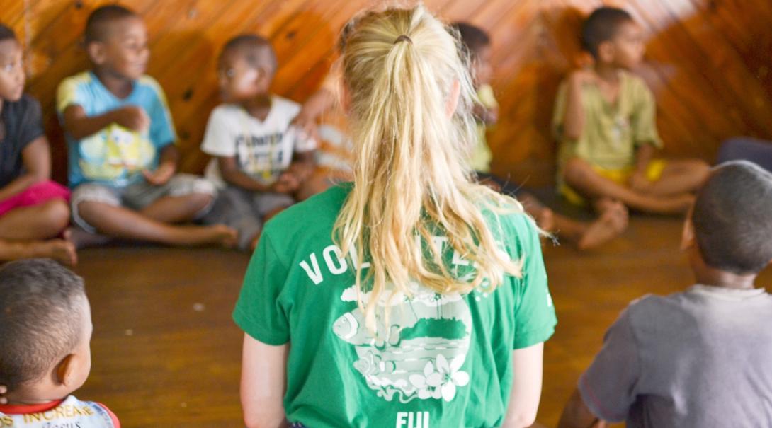 高校生チャイルドケアボランティアとフィジーの子供たち